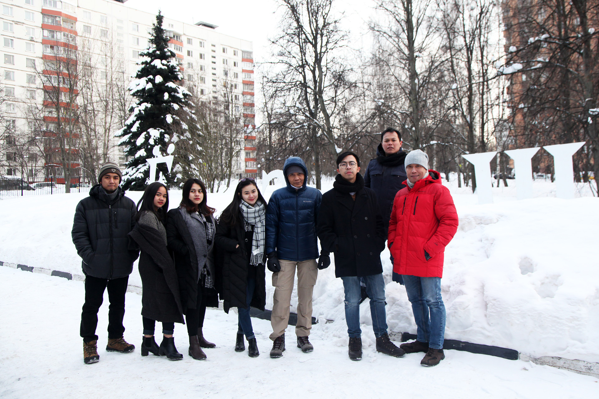 Yodha (kiri), berfoto bersama para mahasiswa dan mahasiswi Indonesia yang juga berkuliah di Institut Bahasa Rusia A.S. Pushkin, Moskow, saat masih menjalani pendidikan di Fakultas Persiapan Bahasa Rusia.