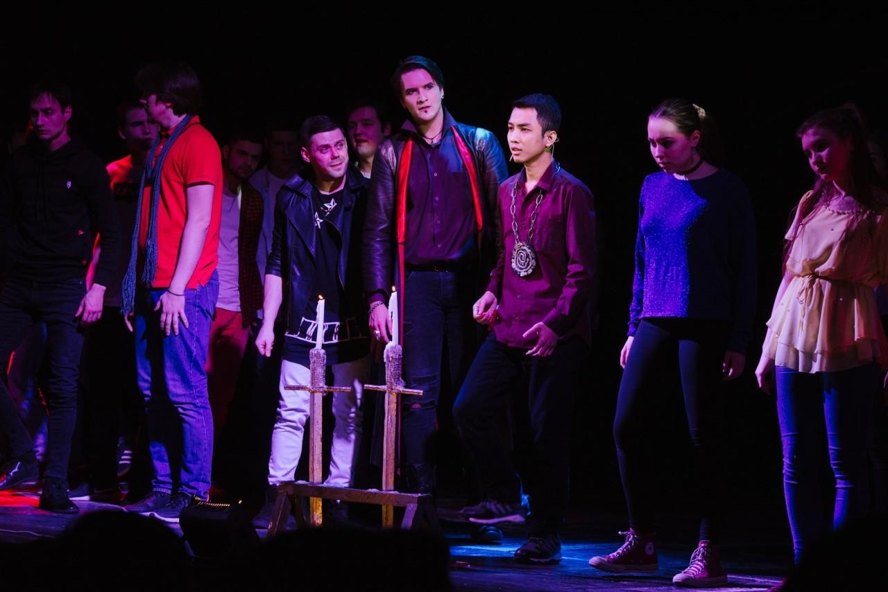 Yodha (ketiga dari kanan), saat memerankan Romeo di Teater Pemuda Moskow.