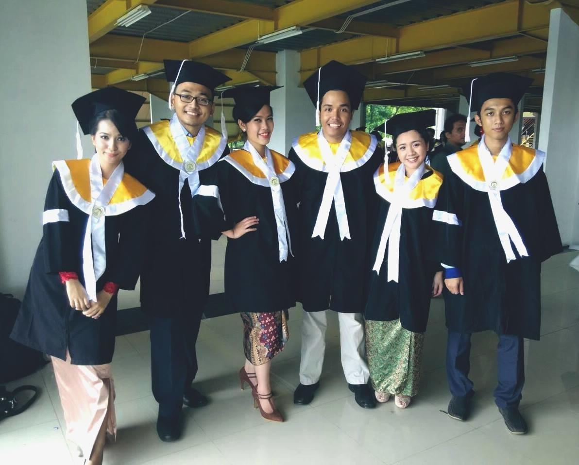 Yodha (kanan), bersama teman-teman kuliahnya saat wisuda pada 2015.