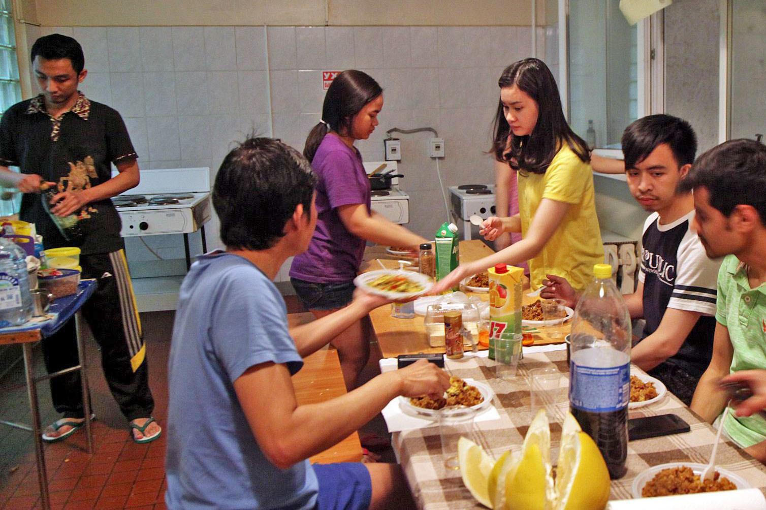 Yodha (kiri), hendak makan bersama para mahasiswa dan mahasiswi Indonesia di dapur bersama Asrama Institut Pushkin, saat masih menjalani pendidikan di Fakultas Persiapan Bahasa Rusia.