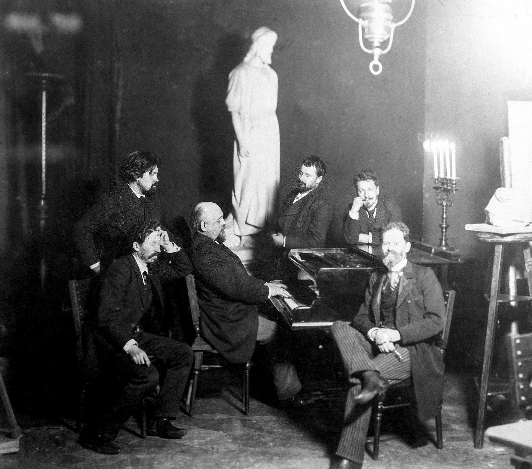 画家のイリヤ・レーピン、ヴァシーリー・スリコフ、コンスタンチン・コロヴィン、ヴァレンチン・セロフ、マルク・アントコリスキー。アブラムツェヴォにて。モスクワ歴史・再建博物館からの写真複写。