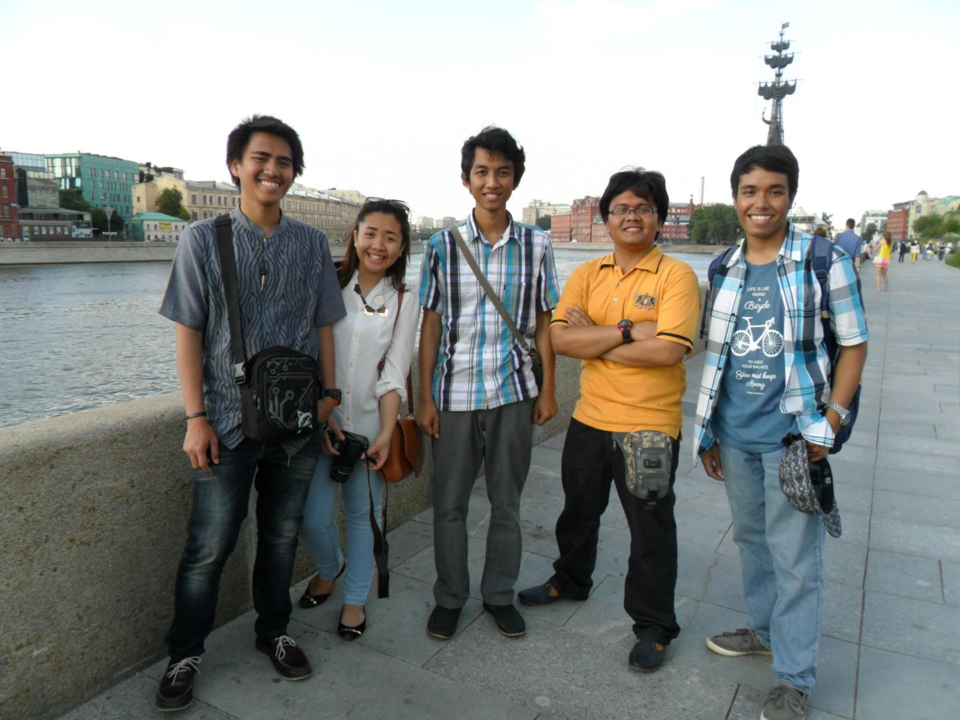 Yodha (tengah), berfoto bersama para Mahasiswa Indonesia saat transit di Moskow setelah program pertukaran mahasiswa di Belgorod pada 2014.