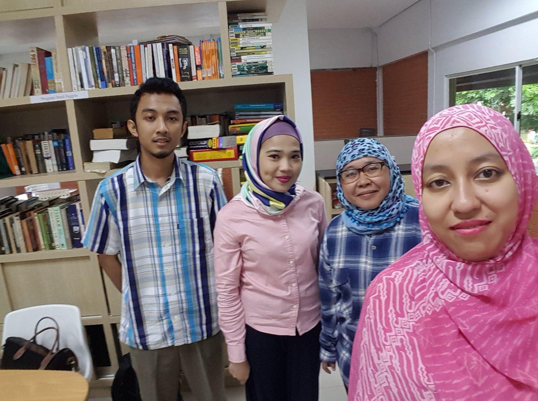 Yodha (kiri), dan kakak kelasnya Puspita Atirennu (kedua dari kiri), berfoto bersama Dosen Program Studi Rusia Sari Gumilang (kanan), dan Kurnia Sofiah, saat berkunjung ke  Universitas Indonesia sebelum berangkat ke Rusia pada 2017.