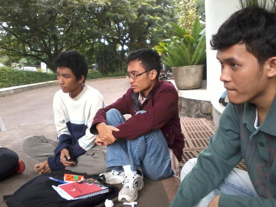 Yodha (kiri), saat menyusun rencana proyek Hipesasi (Himpunan Pelajar Bahasa Seluruh Indonesia), ketika masih berkuliah di Universitas Indonesia.