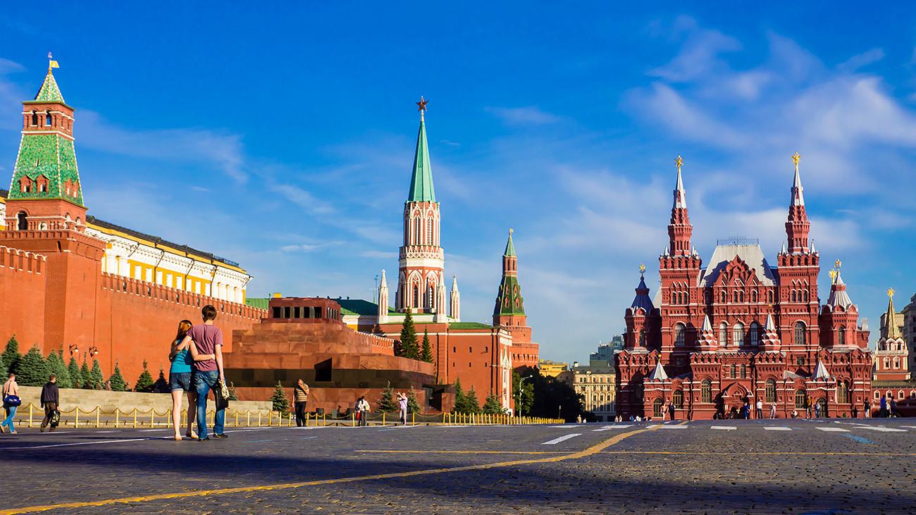 Museum Sejarah Nasional tampak sangat serasi dengan dinding-dinding Kremlin.