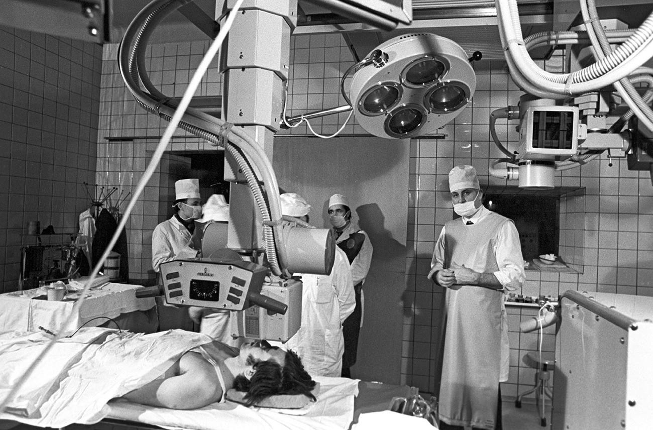 """Заменик директора научноистраживачког института за неурохирургију клинике """"Н. Н. Бурденко"""", доктор медицинских наука Фјодор Андрејевич Сербињенко (десно) припрема се за операцију."""
