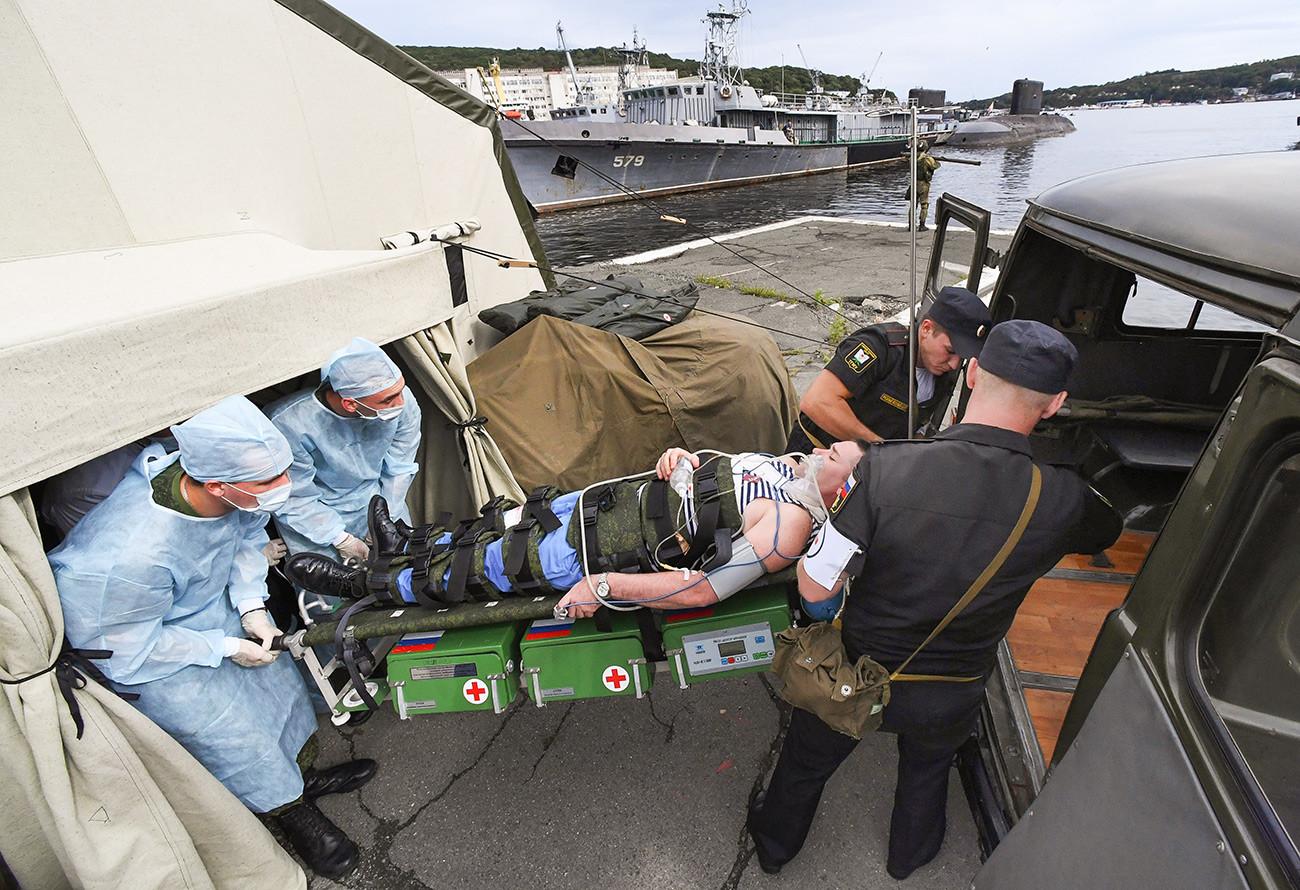 Vojni liječnici uvježbavaju postavljanje punkta za evakuaciju u Vladivostoku.