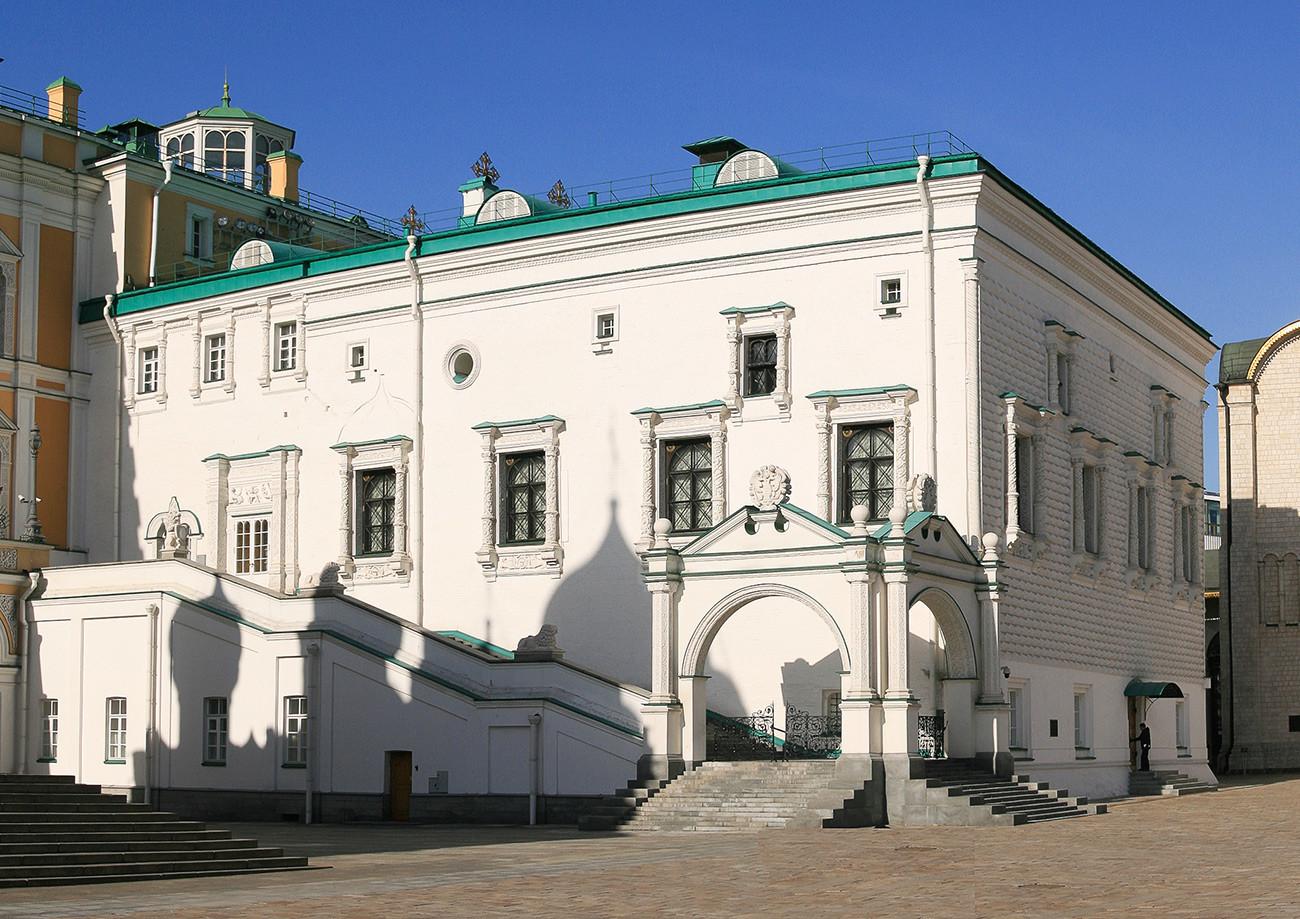 """Грановита палата са """"црвеним"""" тремом"""