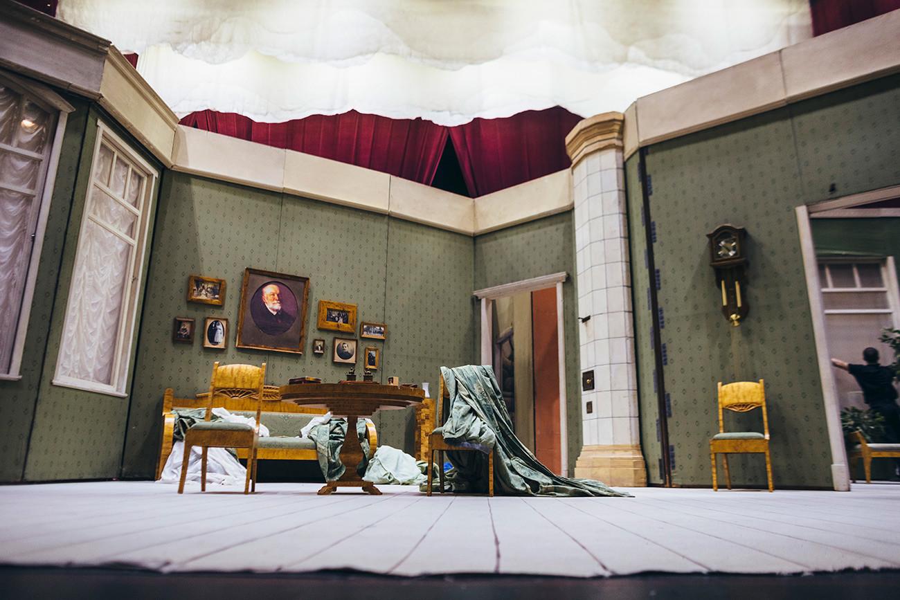 Вид на сцену из суфлерской будки