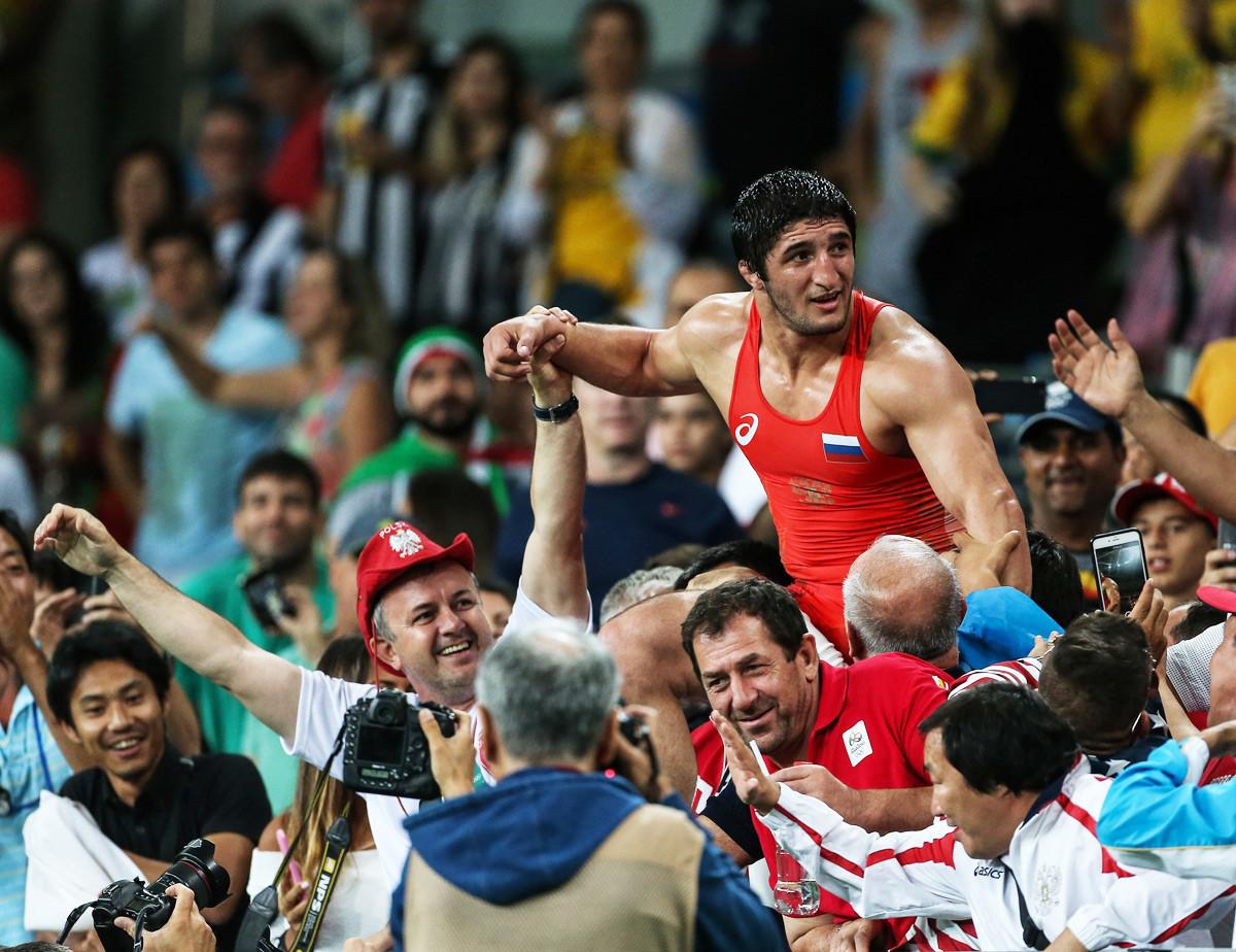 Abdulrashid Sadulaev dari Rusia (merah) merayakan kemenangannya atas Selim Yasar (tidak terlihat) dari Turki selama Perebutan Medali Emas 86kg Gaya Bebas Pria dari Pertandingan Olimpiade Rio 2016 di Carioca Arena 2 di Rio de Janeiro, Brasil pada 20 Agustus 2016.