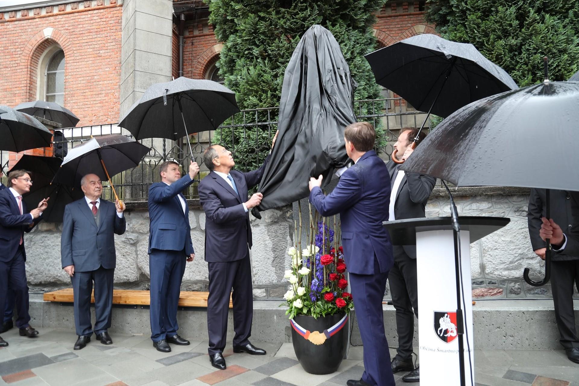 Zunanja ministra Slovenije in Rusije ter župan občine Šmartno pri Litiji so slavnostno odkrili spomenik Davorinu Hostniku.