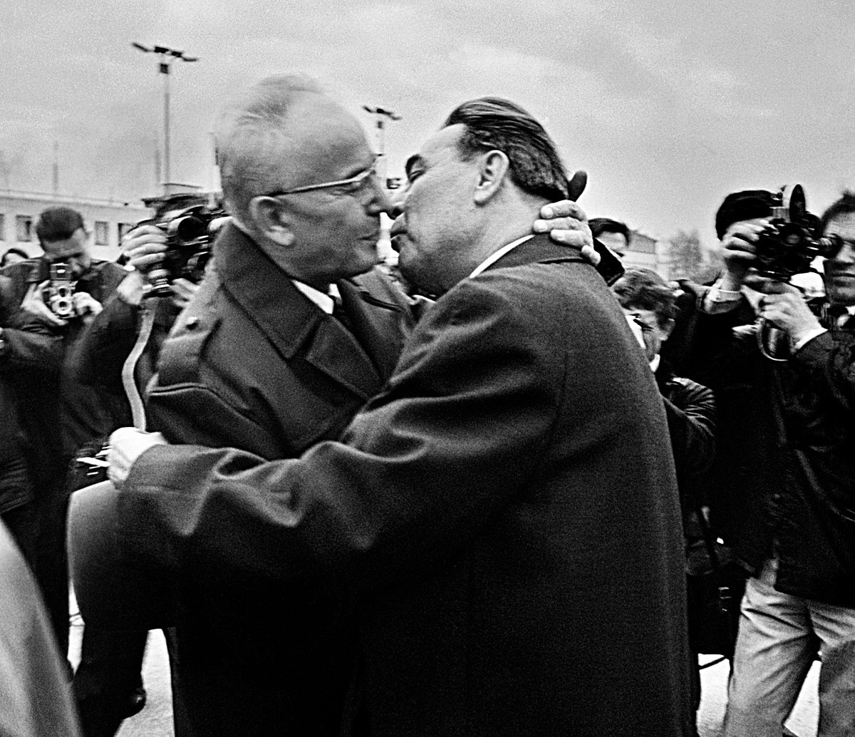 Ciuman antara Pemimpin Partai Cekoslowakia dan Soviet Gustav Husak (kiri) dan Leonid Brezhnev di Praha, 5 Mei 1970.