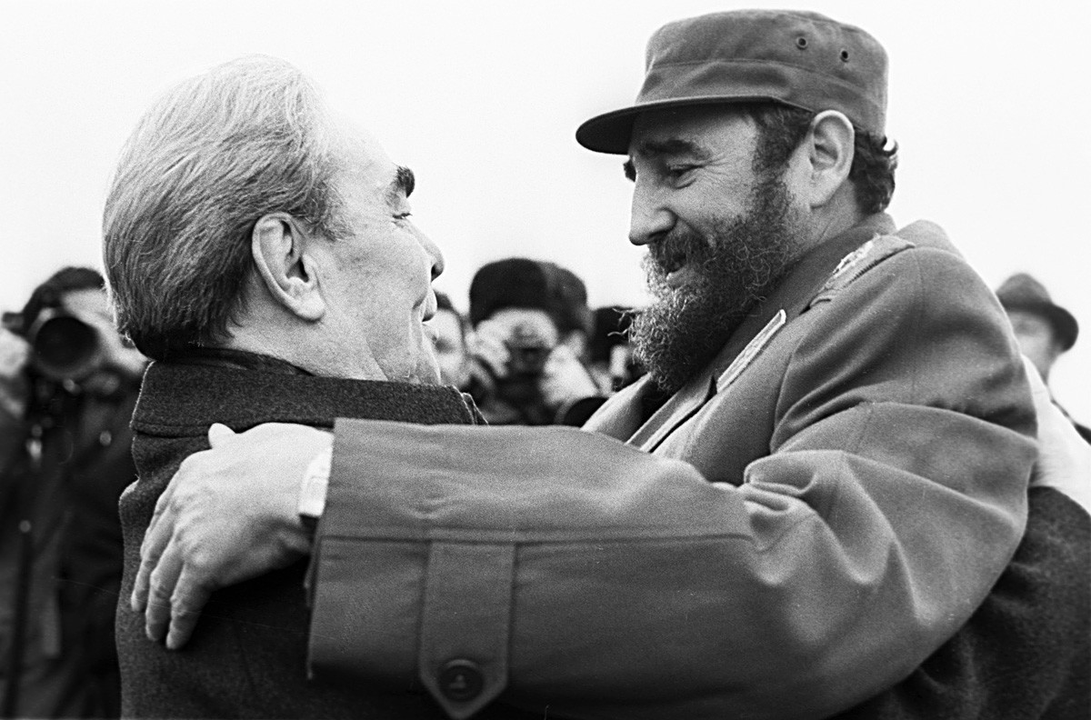 Leonid Brezhnev merangkul Fidel Castro dalam kunjungannya ke Moskow.