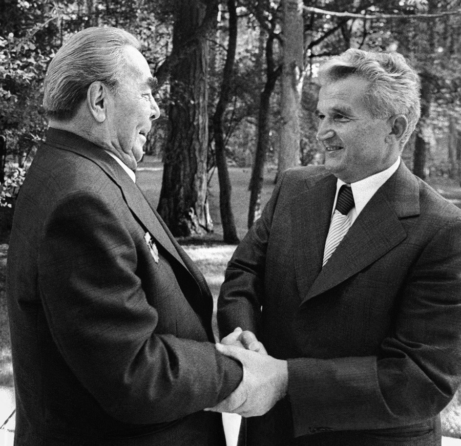 Nicolae Ceausescu melakukan kunjungan ke Leonid Brezhnev (kiri) di Crimea pada tahun 1979.