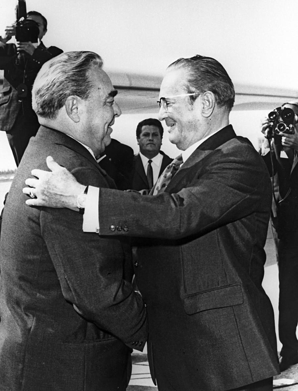 Presiden Yugoslavia Josip Broz Tito menyambut Leonid Brezhnev di bandara Beograd pada 1971.