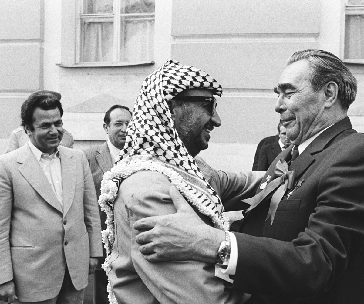 Leonid Brezhnev dan Yasser Arafat dalam pertemuan di Kremlin pada 1975.