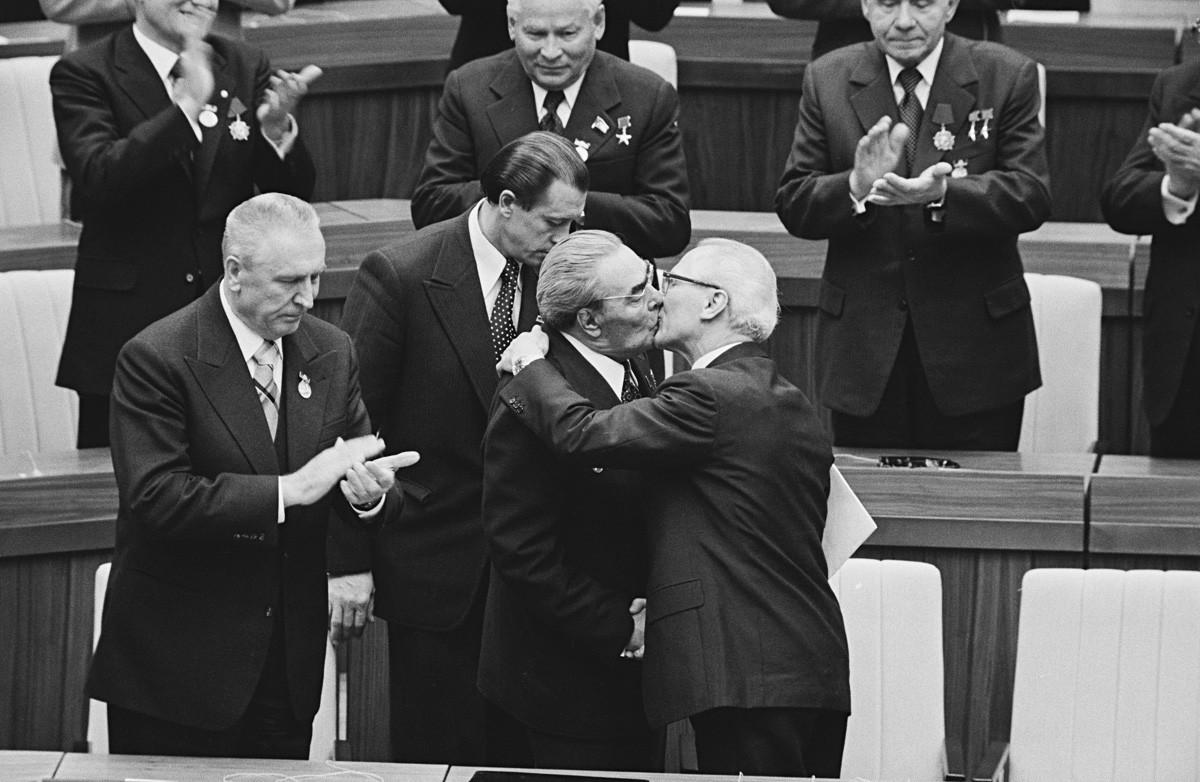 Leonid Brezhnev dan Erich Honecker berciuman dalam acara peringatan 30 tahun GDR pada 1979.
