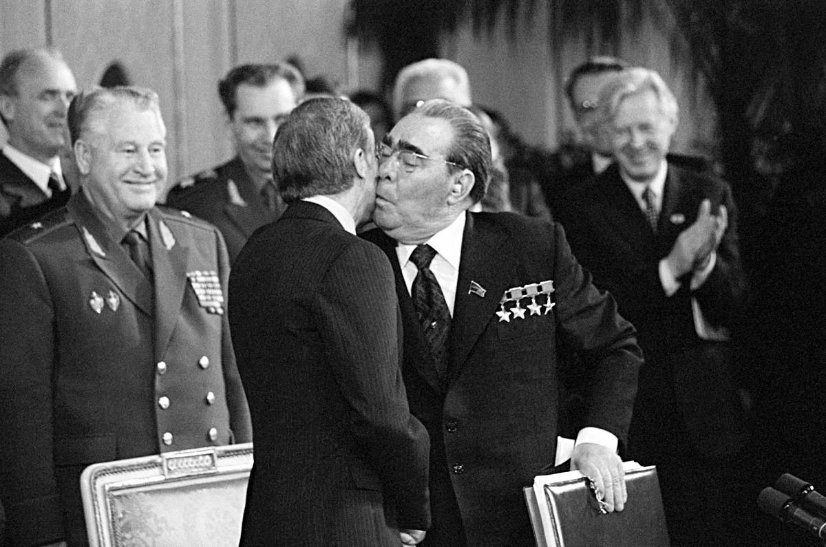 Leonid Brezhnev mencium pipi Presiden Amerika Serikat Jimmy Carter pada 1979.