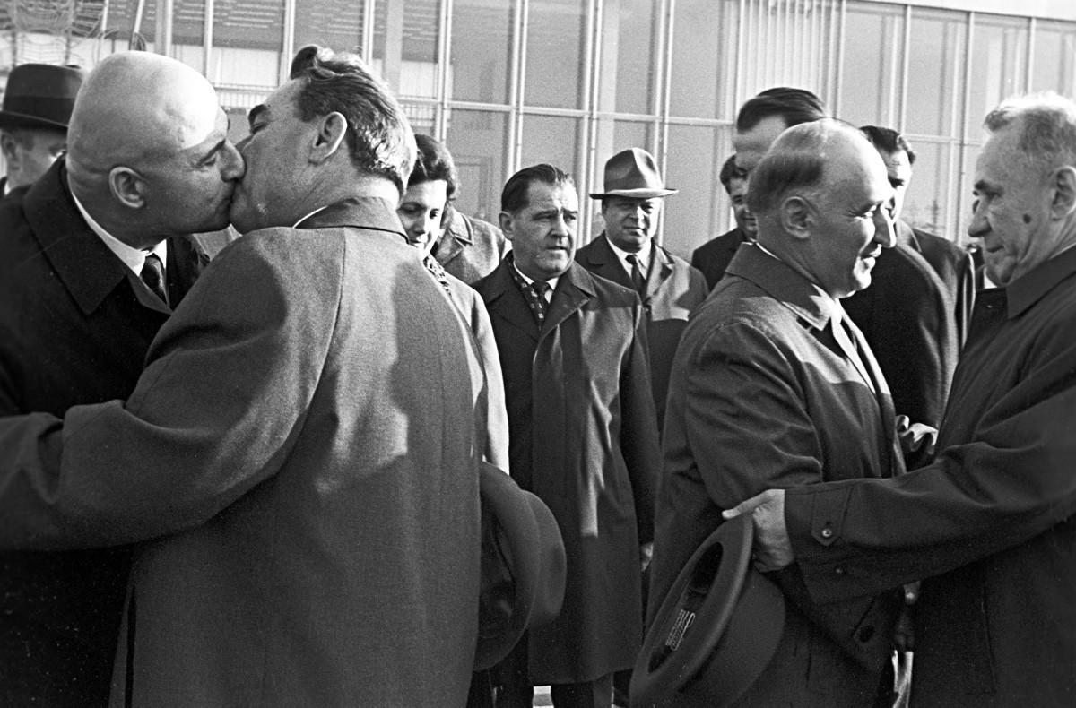 Leonid Brezhnev saat menemui delegasi dari Bulgaria dan pemimpinnya Todor Zhivkov (kedua dari kanan) pada 1969.