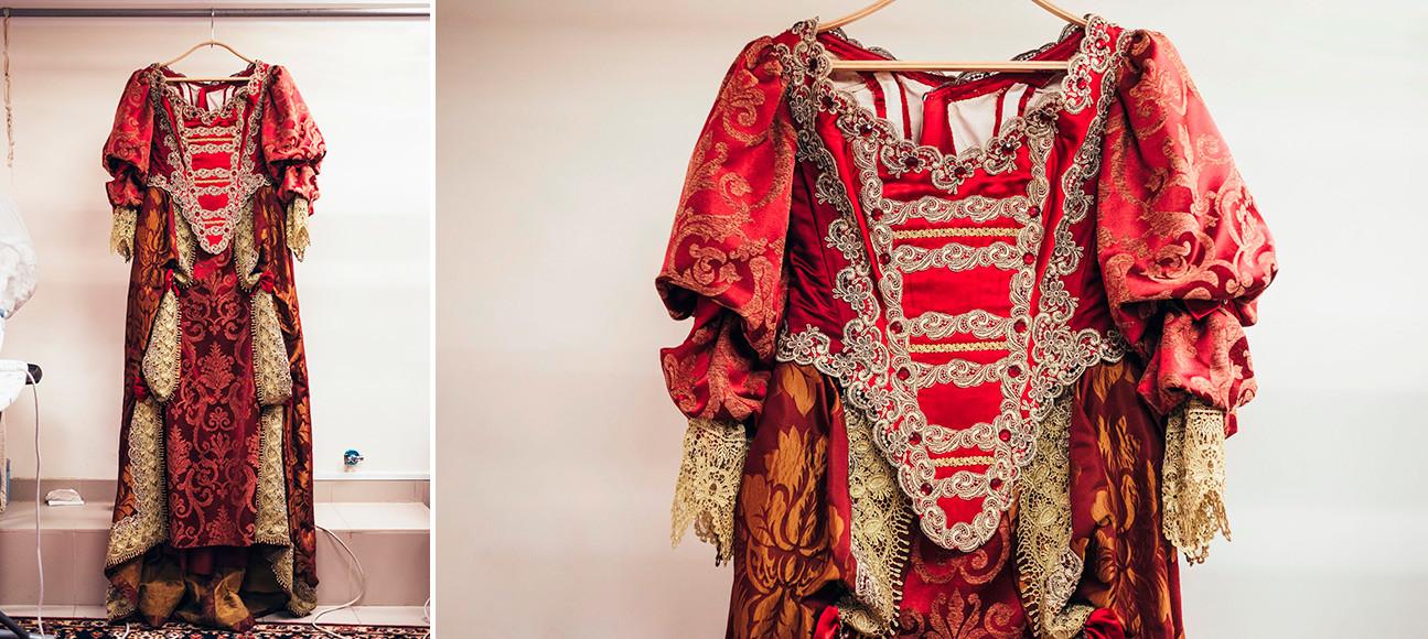 アレクサンドル・デュマの戯曲に基づく劇『ルイ14世の青年時代』。アンヌ・ドートリッシュの衣装。