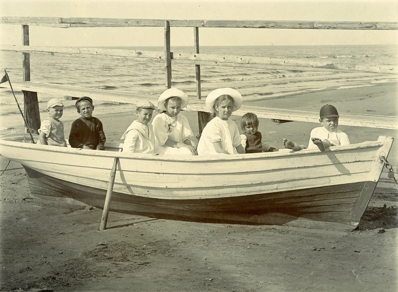 Des enfants en canot sur une rive du golfe de Finlande, 1906