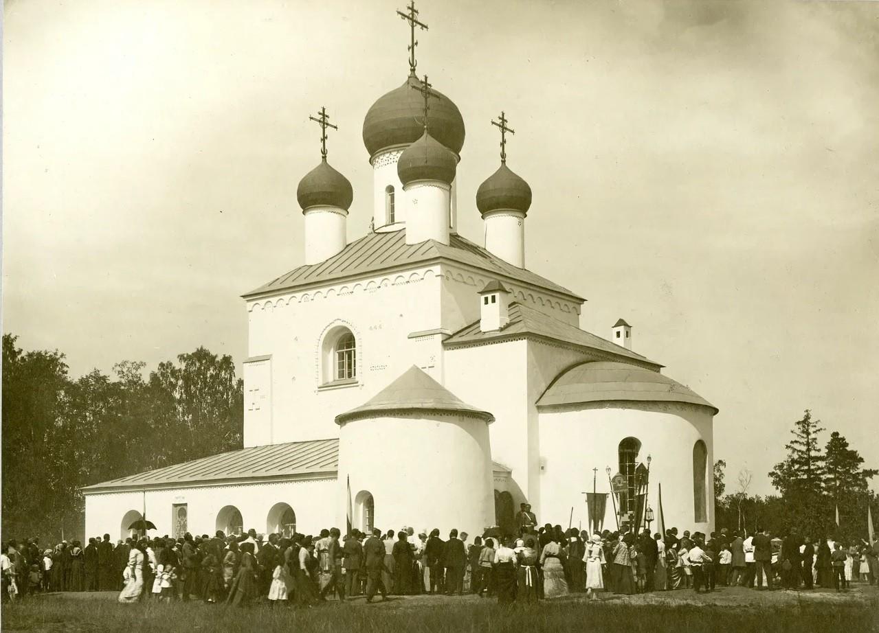 Village de Tiarlevo, près de Saint-Pétersbourg. Consécration de l'église de la Transfiguration-du-Sauveur à l'occasion du tricentenaire de la Maison Romanov, 1914. Karl Bulla