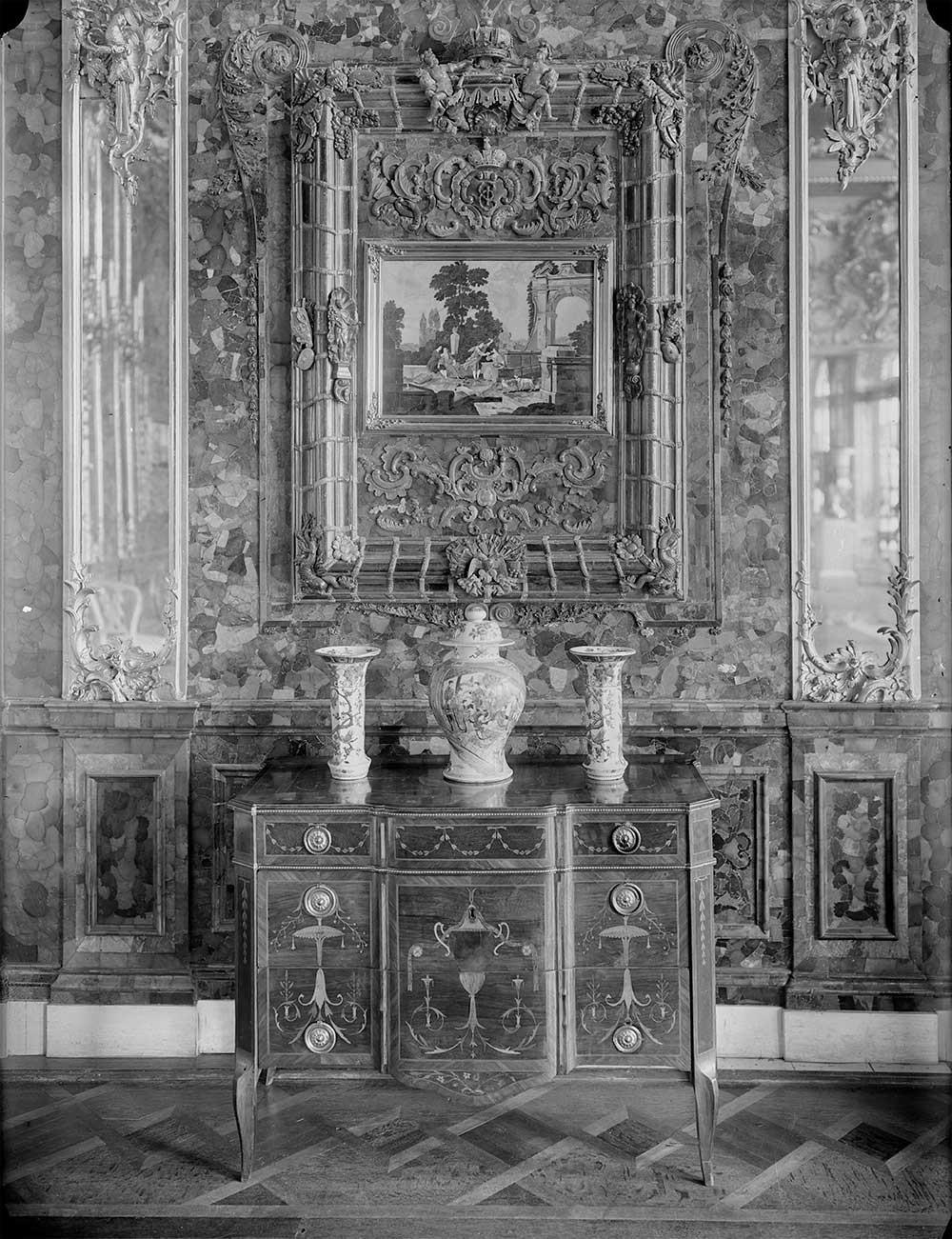 La Chambre d'ambre du palais Catherine à Tsarskoïé Selo (a été volée par les nazis au cours de la Seconde Guerre mondiale, puis perdue. Sa réplique fidèle a été réalisée au cours des années 2000), années 1900. Alexandre Erjemski