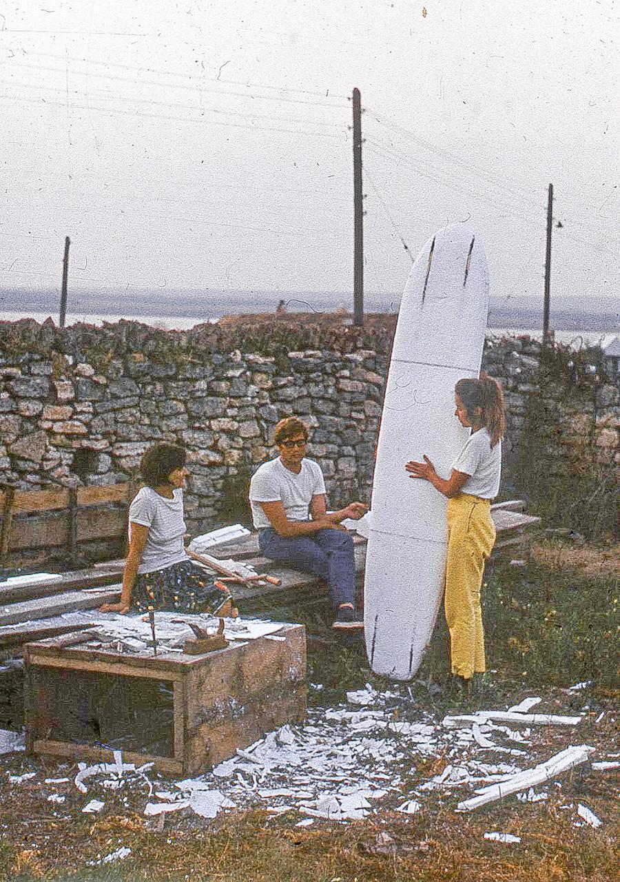 Teman-teman Nikolai (Vladimir Prozorovsky, Nadya and Nina) menunggu datangnya ombak di Semenanjung Tarkhankut, Krimea (1966)