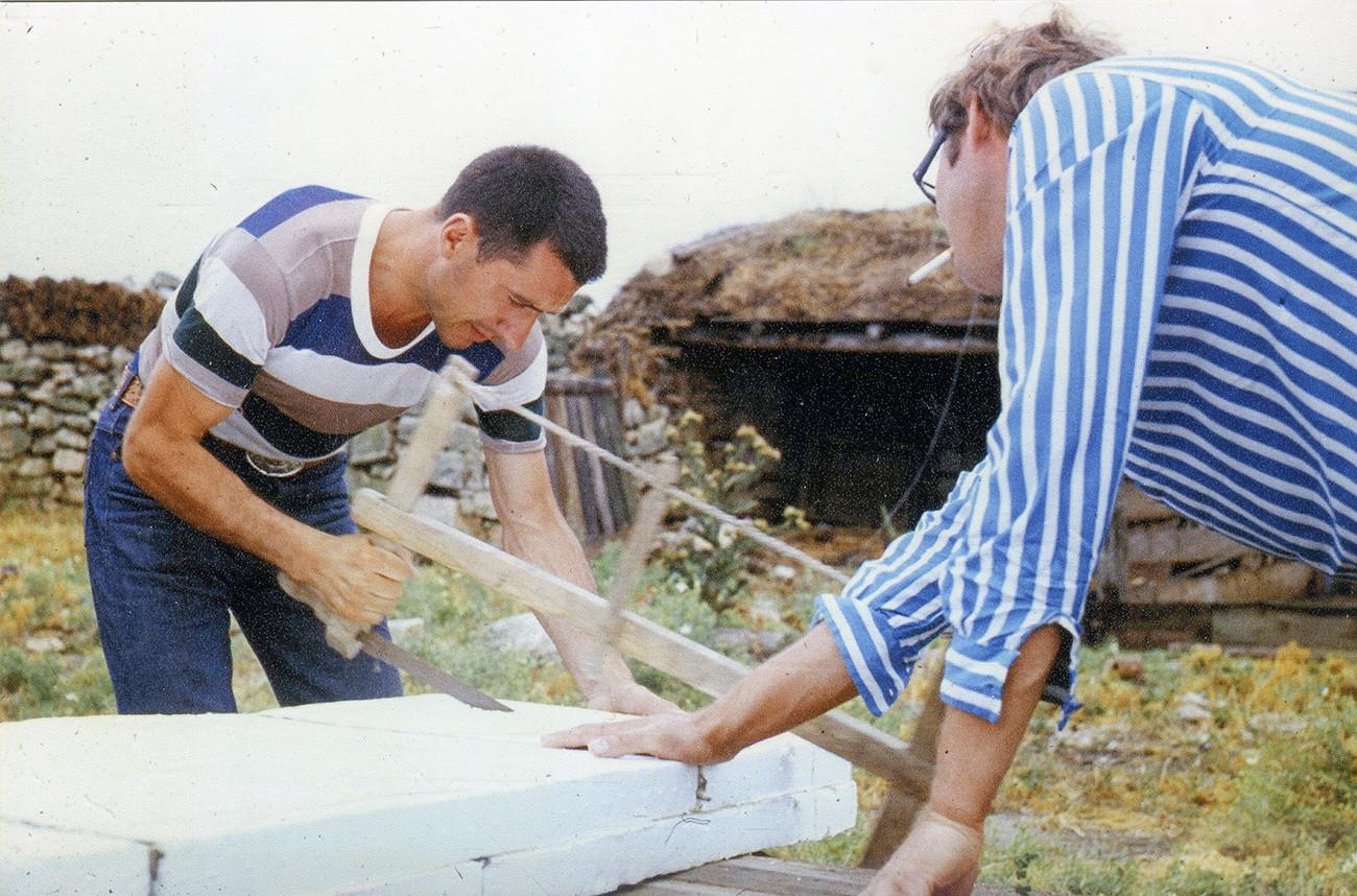 Pembuatan papan selancar di Semenanjung Tarkhankut, Krimea (1966).
