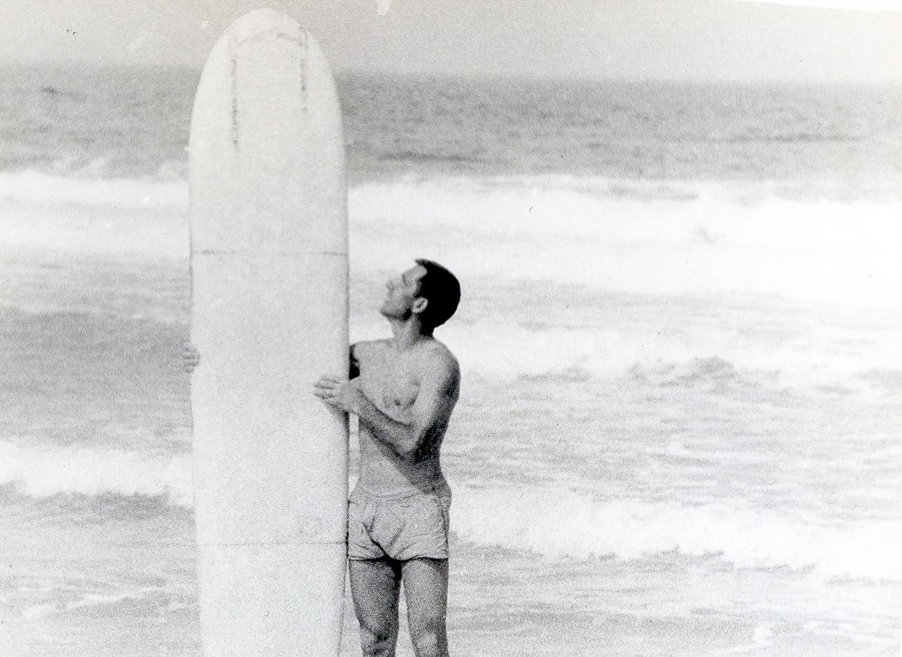 Nikolai memgang papan selancar buatannya di Semenanjung Tarkhankut, Krimea (1966).