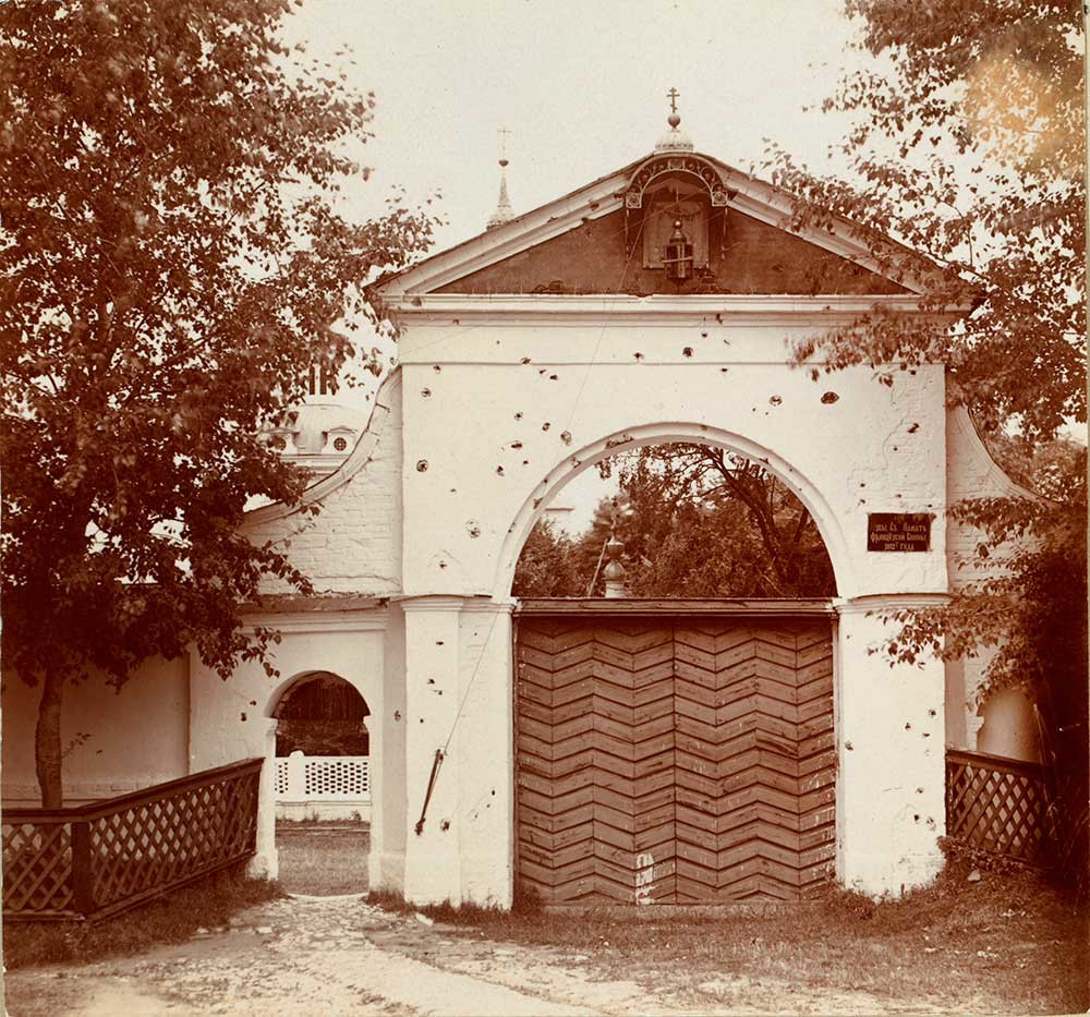 St. Nicholas-Chernoostrovsky Convent. Holy Gate with traces of shrapnel from 1812 battle. Summer 1912