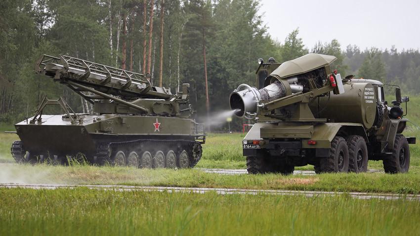 Vehículo de descontaminación TMS-65U (a la derecha).