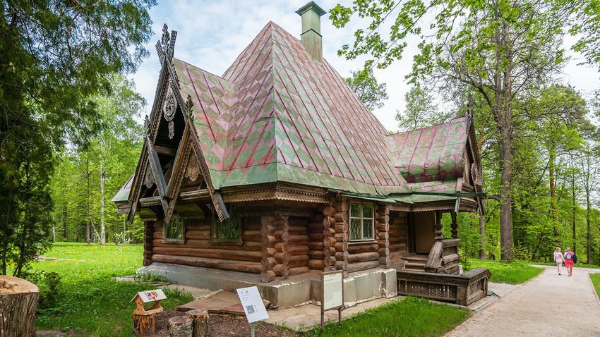 """A casa de banhos em forma de """"teremok"""",  tipo tradicional de construção de madeira russa."""