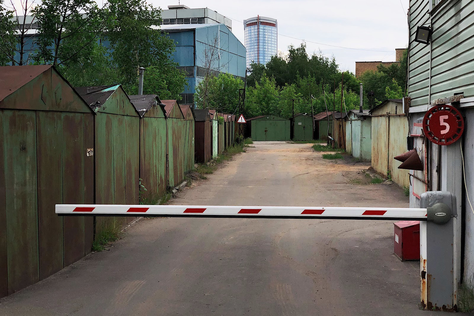Улица Маршала Шапошникова, гаражный кооператив при заводе «Знамя Труда»