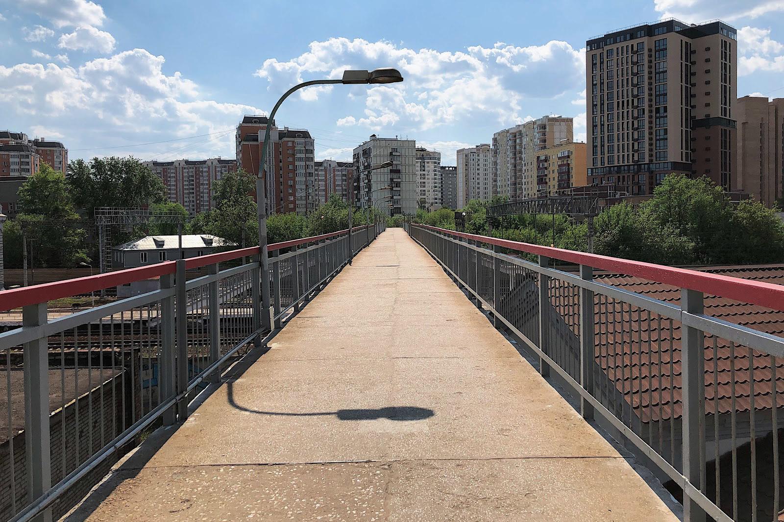 Пешеходный мост через железнодорожные пути на станции Москва-Товарная-Курская