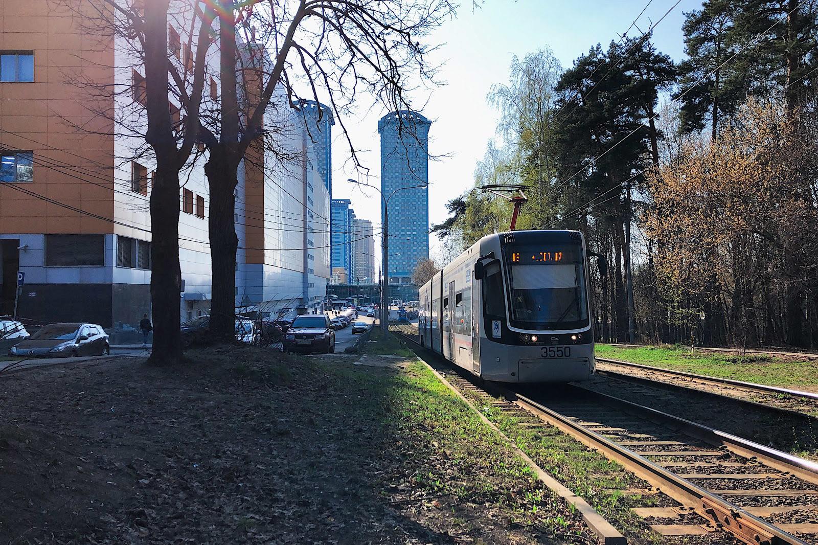 Трамвай около ТЦ «Щука», жилой комплекс «Два капитана»