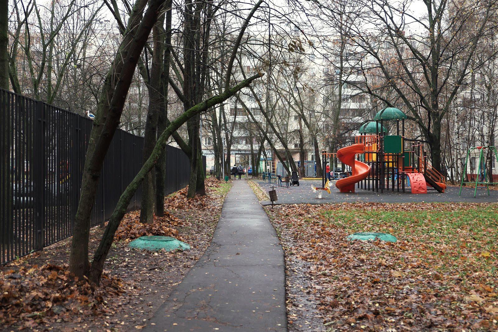 Двор жилых домов на Улице Героев Панфиловцев