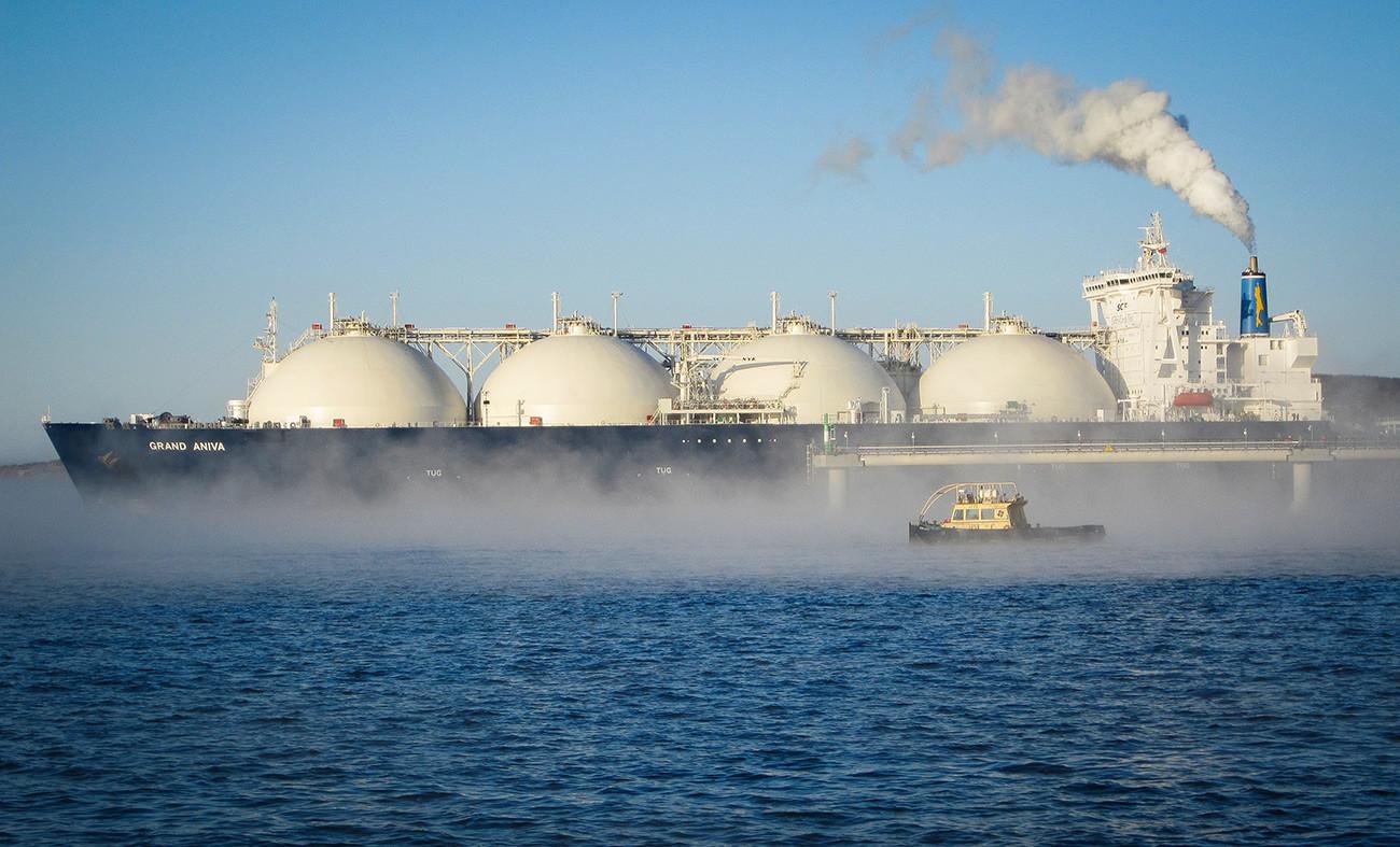 石油および天然ガス鉱区関連プロジェクト「サハリン2」の一部である液化天然ガス生産工場の係留施設付近を進むLNGタンカー。