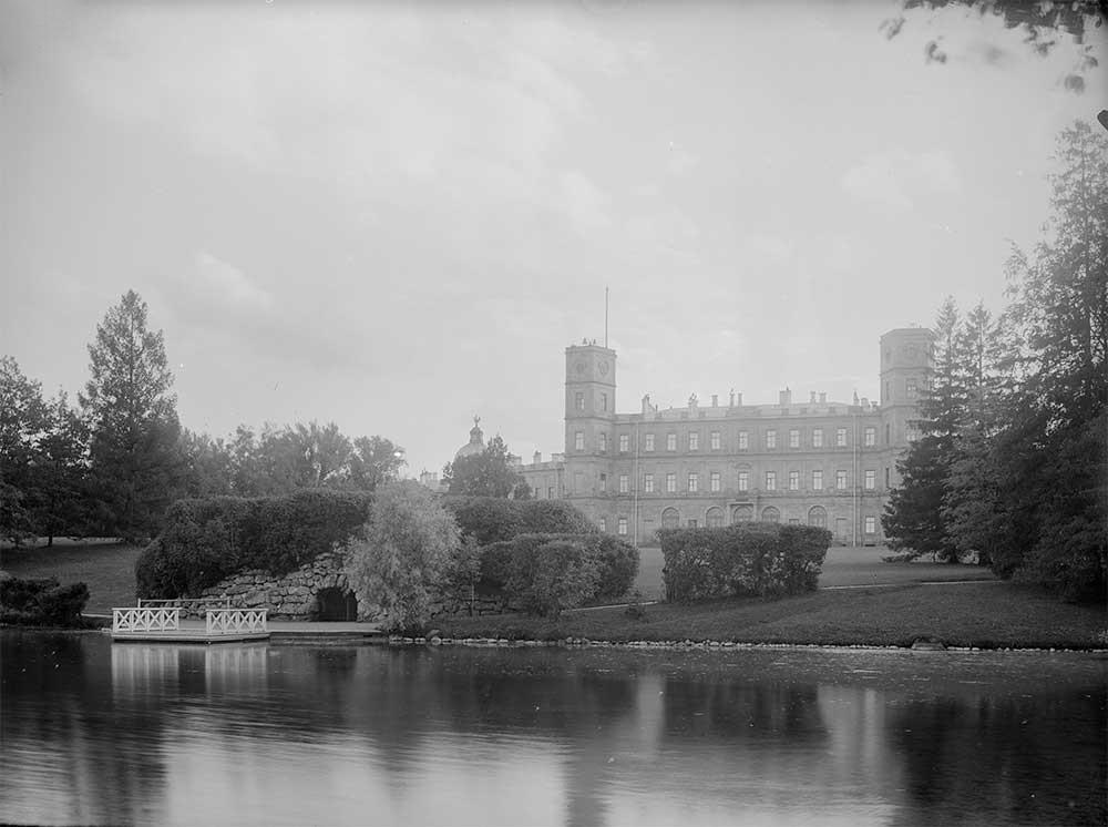 Гатчина. Изглед към двореца от парковата страна, 1900-те години.