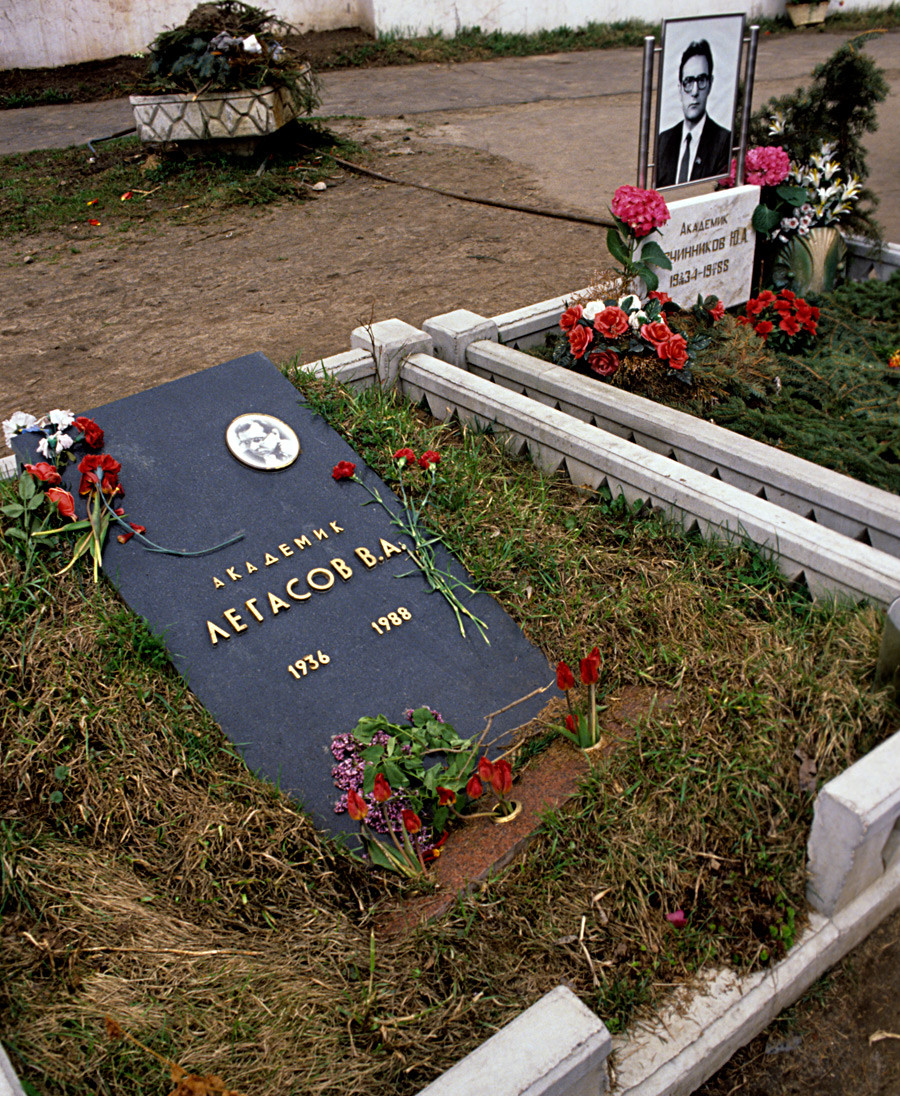 The grave of Valery Legasov (1936-1988) at the Novodevichye Cemetery in Moscow. 1989