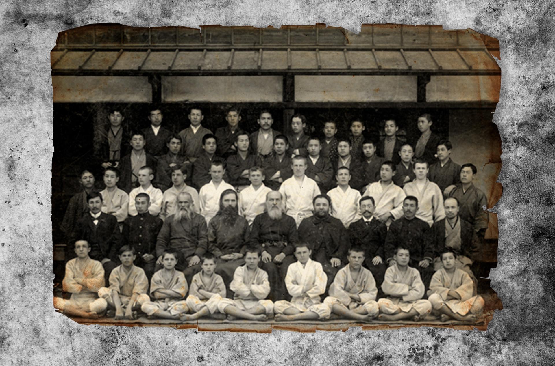 Estudiantes de la misión ortodoxa en Japón. Oschchepkov es el tercero por la izquierda en la tercera fila.
