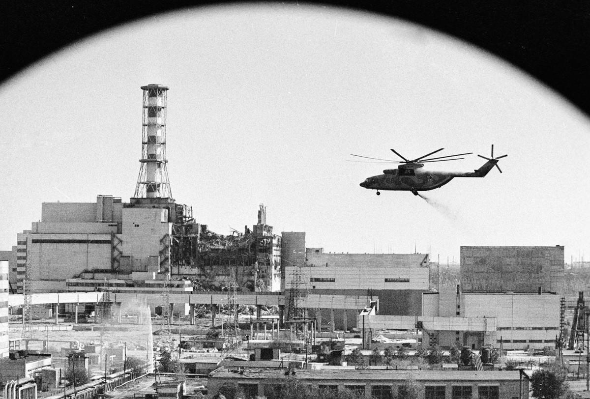 Хеликоптери врше деконтаминацију објеката Чернобиљске нуклеарне електране после хаварије.