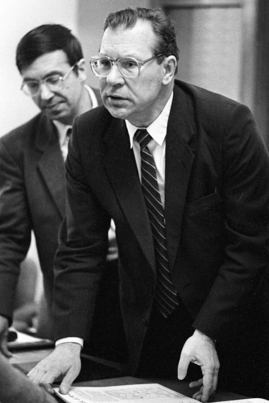 """Први заменик директора Института за нуклеарну енергију """"Курчатов"""", академик Валериј Легасов (десно) који је учествовао у истраживању узрока хаварије на Чернобиљској нуклеарној електрани 26. априла 1986. године."""