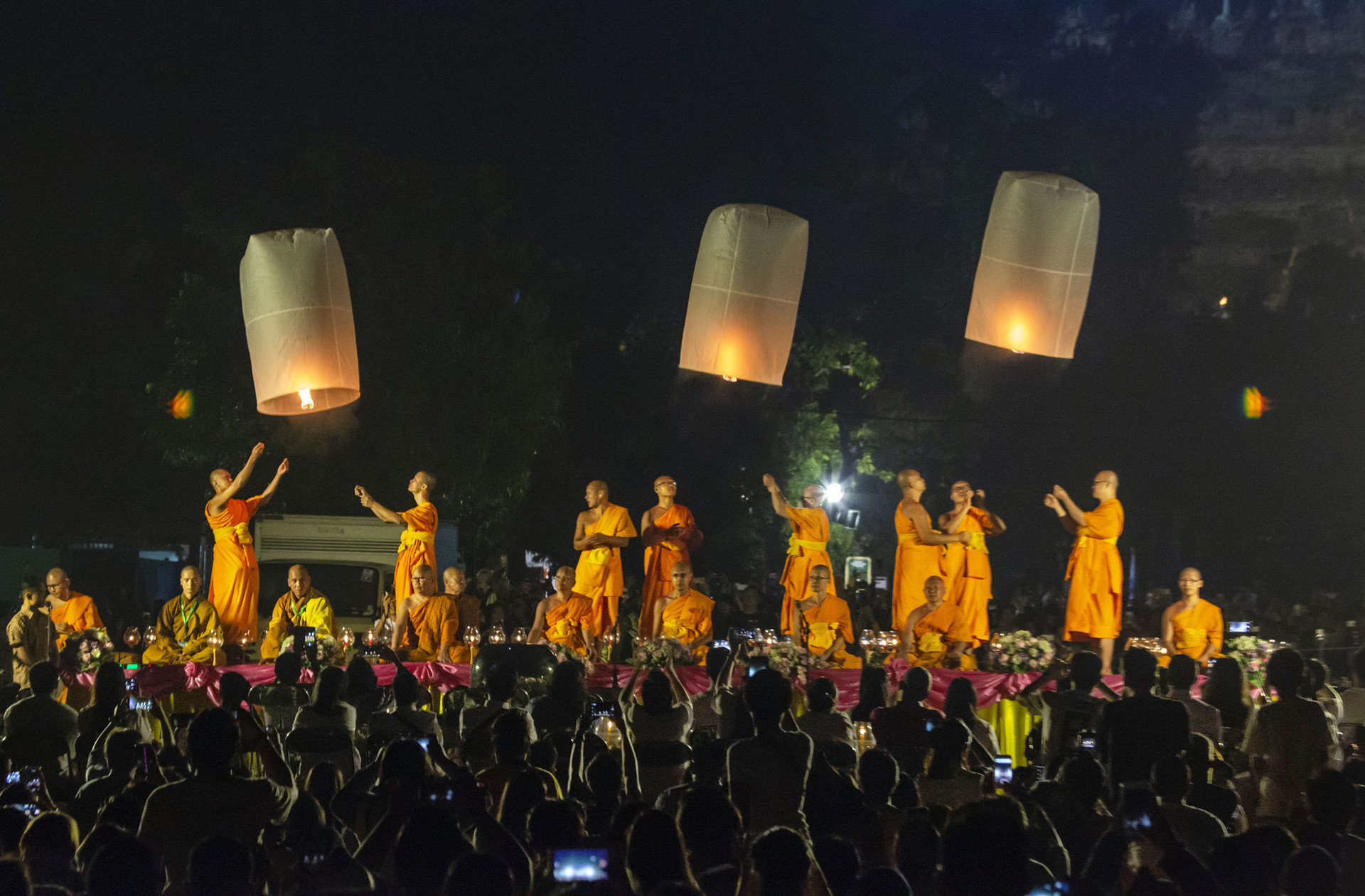 Pelepasan lentera terbang pada perayaan Waisak di Candi Borobudur, Jawa Tengah.