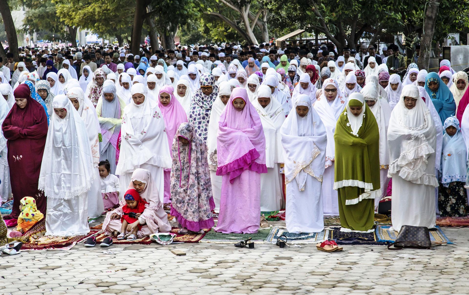 Umat Islam melaksanakan salat Id di Palu, Sulawesi Tengah.