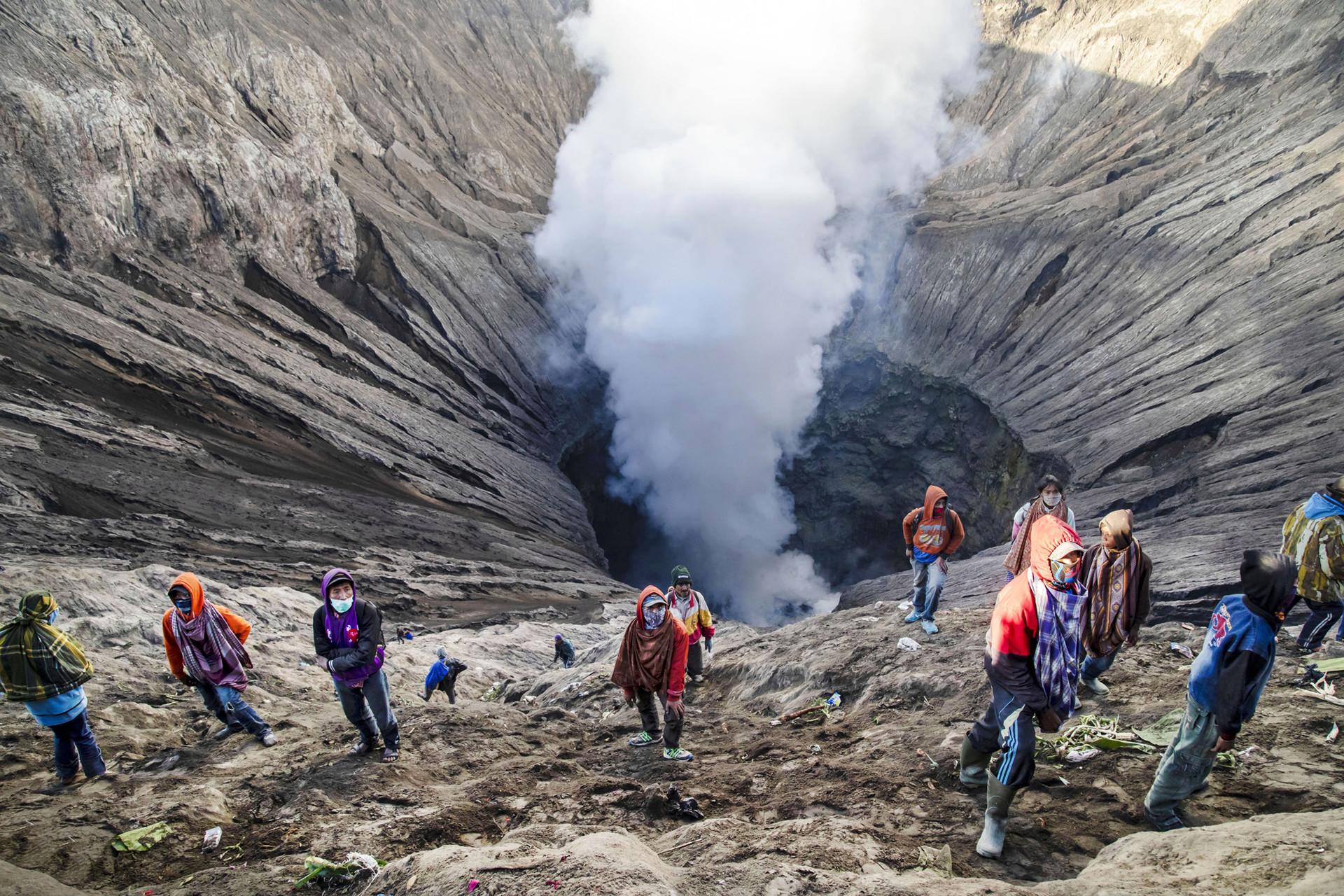 Ritual Lempar Sesaji pada perayaan Kasada di Bromo, Jawa Timur.