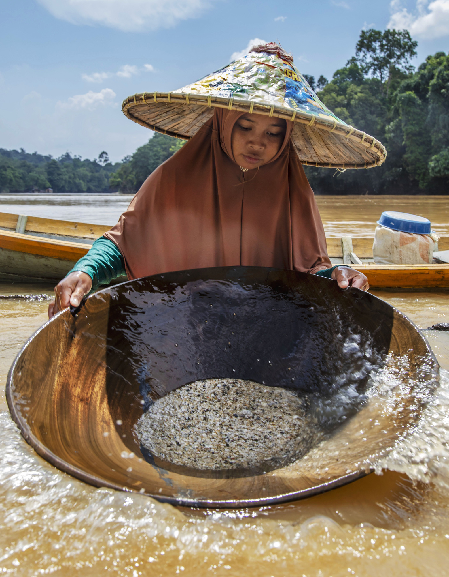Penambangan emas dan berlian secara tradisional di Kalimantan Barat.