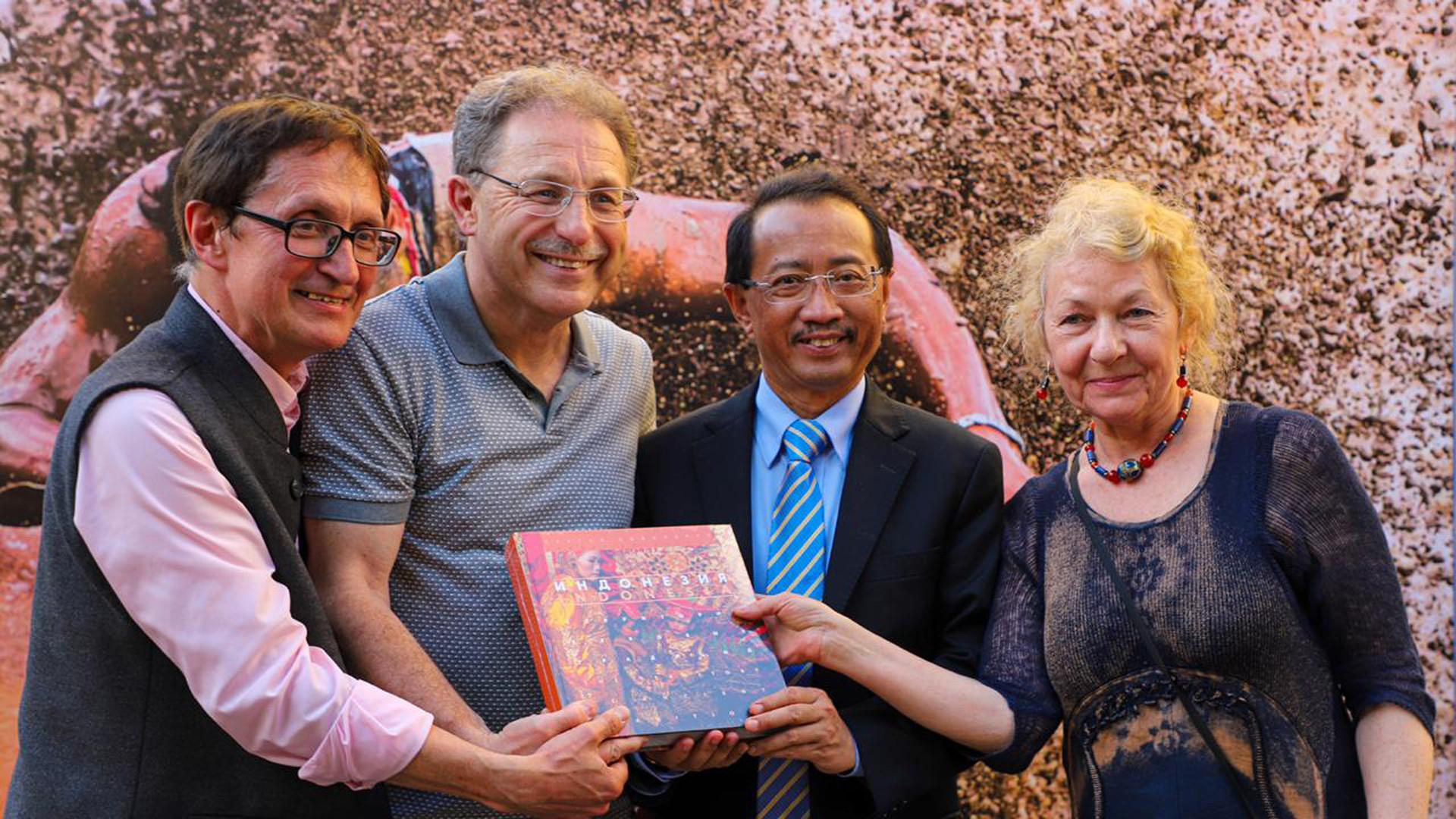 Sergey Kovalchuk berfoto bersama Duta Besar RI untuk Federasi Rusia M. Wahid Supriyadi (kedua dari kanan), Direktur ASEAN Center MGIMO Victor Sumsky (kiri), dan Editor Natalia Gozheva saat peluncuran buku dan pembukaan pameran di Museum Nasional Seni Oriental Moskow, Rabu (29/5).