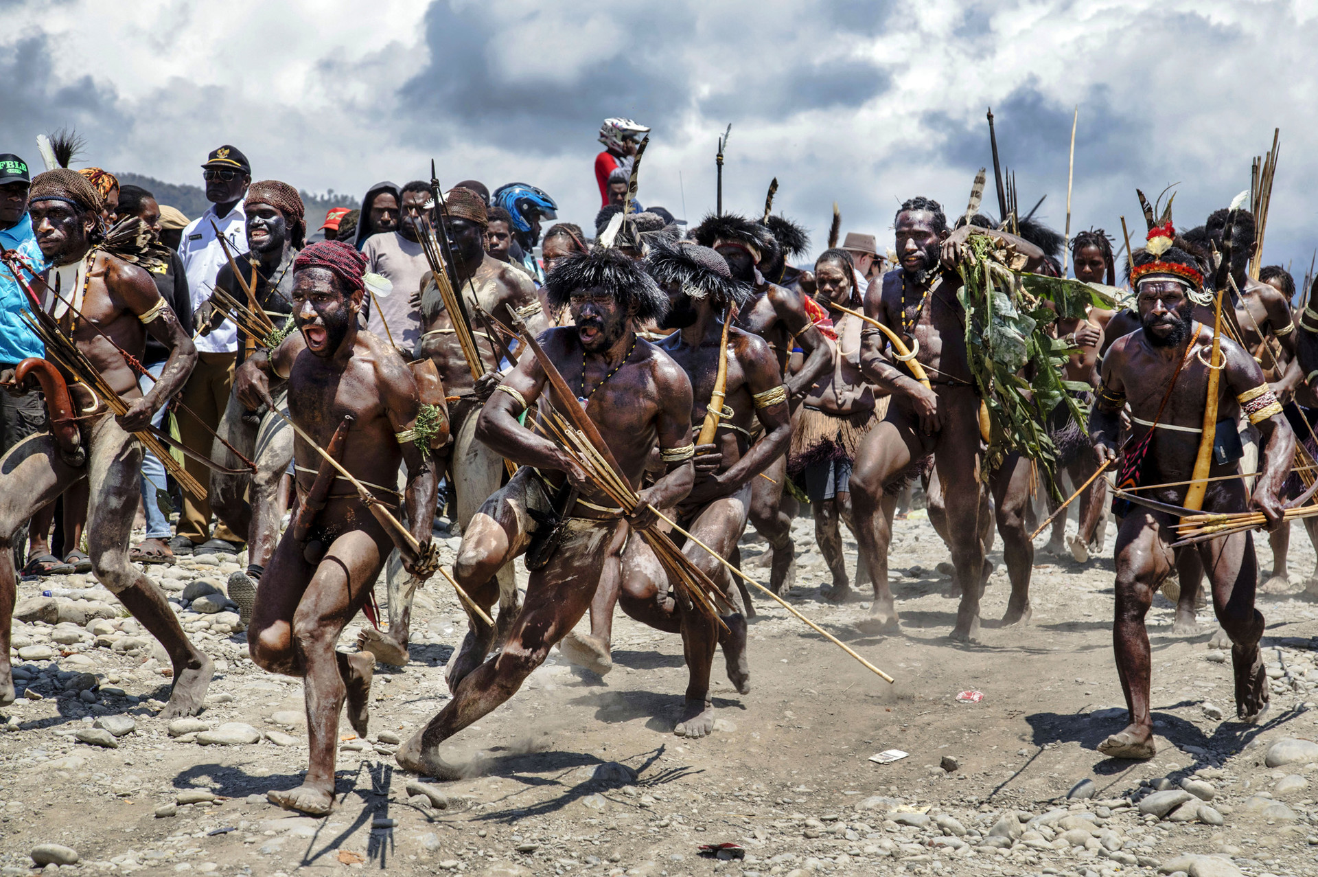 """Dramatisasi """"perang suku""""di Lembah Baliem, Papua."""