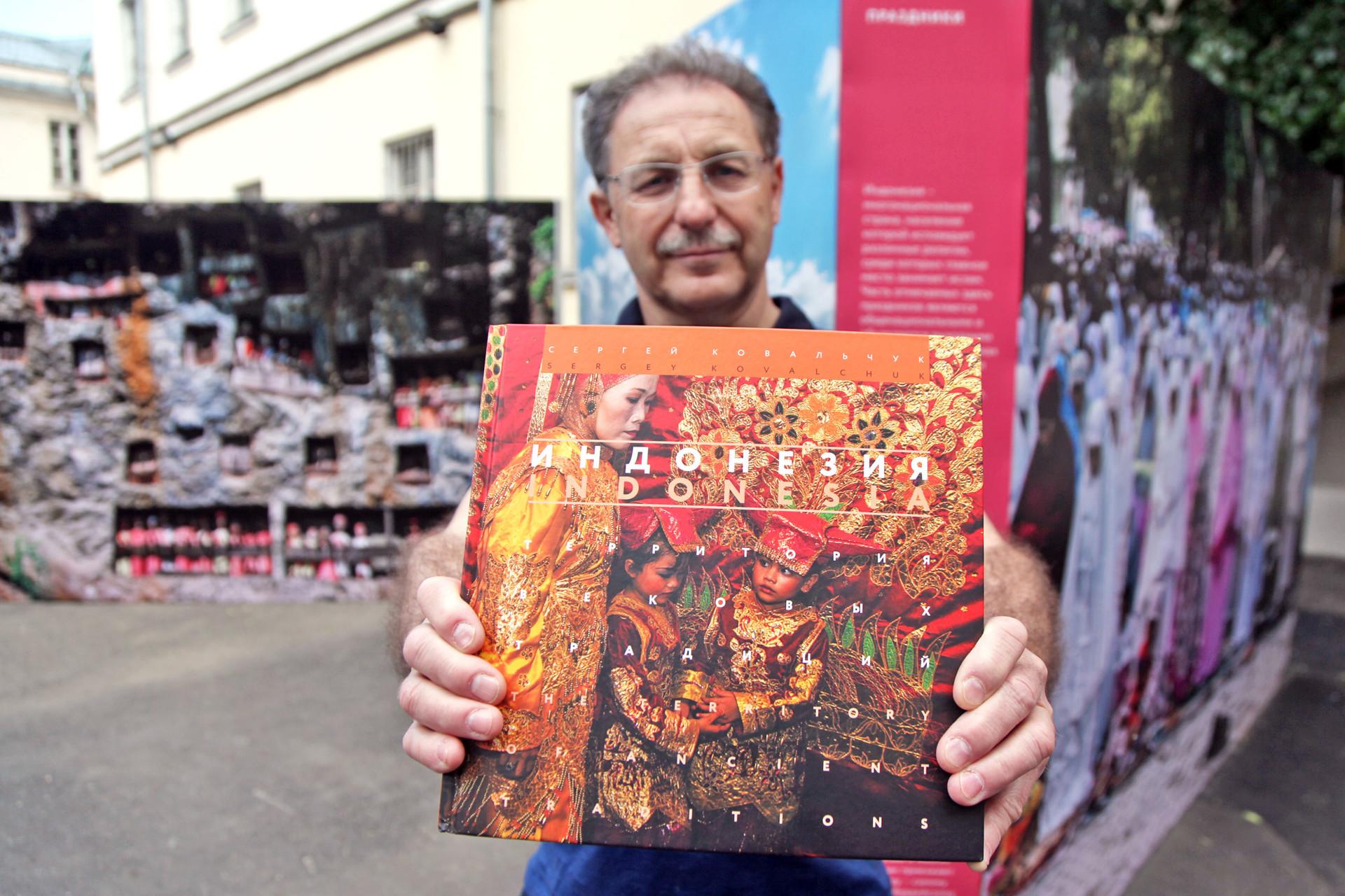 """Sergey Kovalchuk menunjukkan buku """"Indonesia, Wilayah Tradisi Kuno""""."""